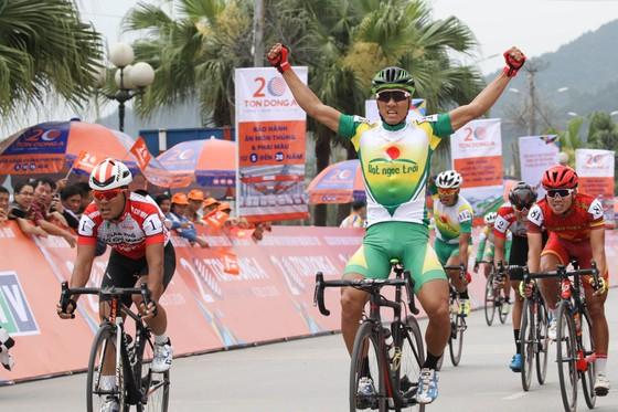 Tay đua Nguyễn Thành Tâm ăn mừng tại đích đến. Ảnh: HOÀNG HÙNG