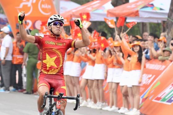 Huỳnh Thanh Tùng ăn mừng tại đích đến. Ảnh: HOÀNG HÙNG
