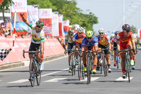 Nguyễn Thành Tâm một lần nữa tận hưởnghưởng niềm vui chiến thắng. Ảnh: HOÀNG HÙNG