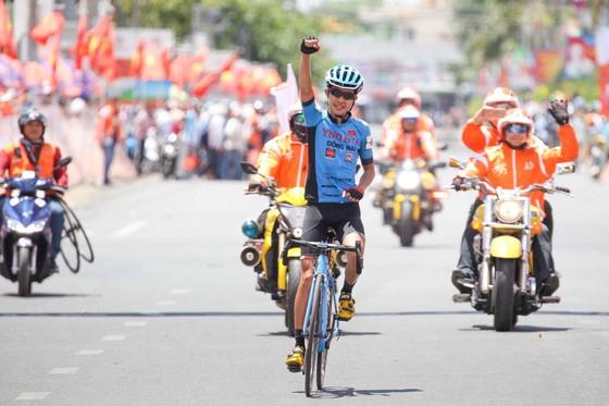 Nguyễn Hoàng Sang ăn mừng chiến thắng tại đích đến. Ảnh: HOÀNG HÙNG