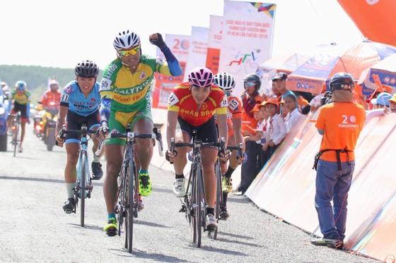 Cúp Truyền hình TPHCM 2018: Danh hài Việt Hương thán phục các VĐV xe đạp ảnh 2