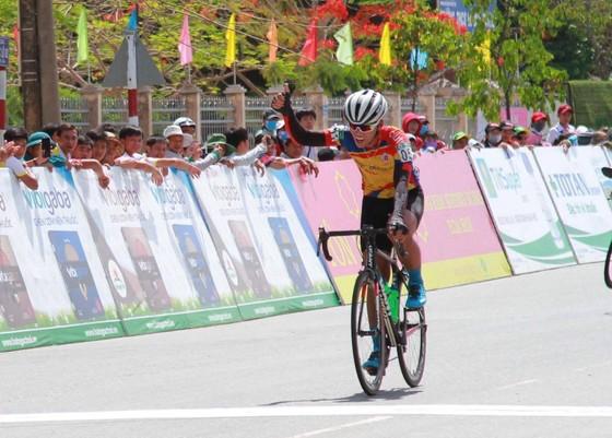 Nguyễn Nhật Nam vui mừg tại đích đến.