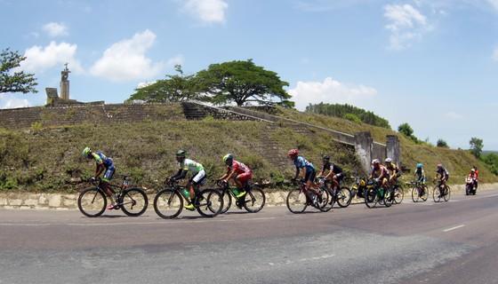Giải xe đạp quốc tế VTV 2018: Các tay đua Việt hoàn thành tốt chặng đua kỷ lục 242 km ảnh 1