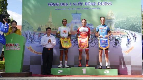 Mai Nguyễn Hưng trên bục nhận thưởng.