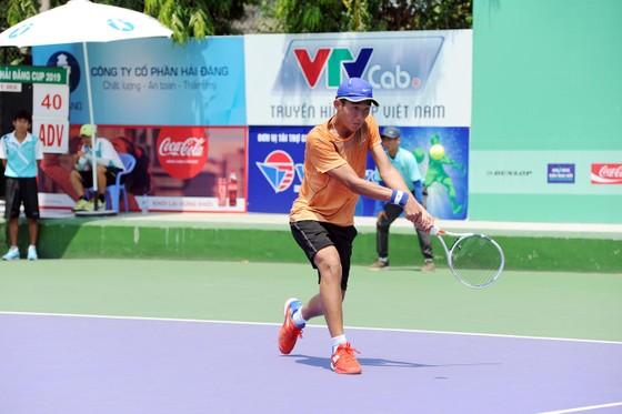 Tay vợt 18 tuổi Nguyễn Văn Phương đang từng bước tiến bộ.