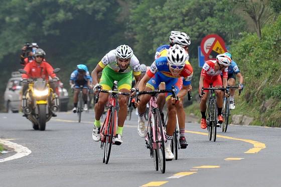 Ngoại binh người Iran đổ đèo té, An Giang thất thế tại giải xe đạp Cúp Truyền hình ảnh 1