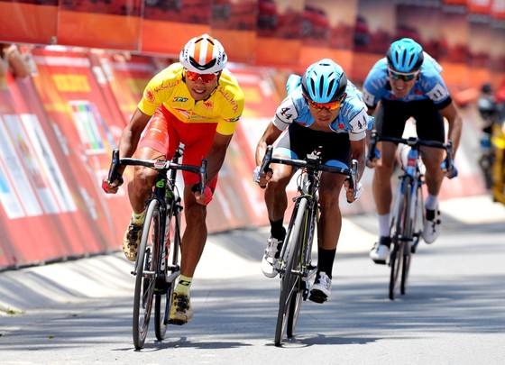 Cúp xe đạp Truyền hình: Nguyễn Trường Tài đổi áo vàng sang cho Javier ảnh 1