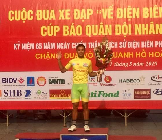 Quàng Văn Cường tạm mặc áo vàng.