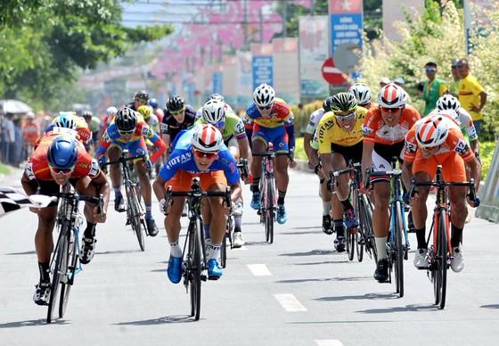 Giải xe đạp Về Nông Thôn: Văn Bình bảo vệ áo xanh trước sự tấn công của Duy Nhân ảnh 1