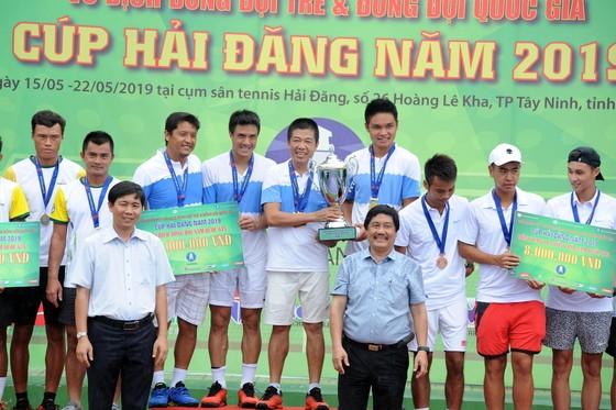 Đội Hải Đăng Tây Ninh với chiếc Cúp vô địch.