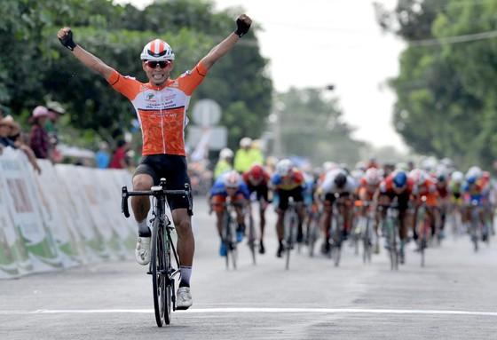 Giải xe đạp Về Nông Thôn: Nguyễn Văn Bình đánh bại Duy Nhân gia tăng điểm áo xanh ảnh 2