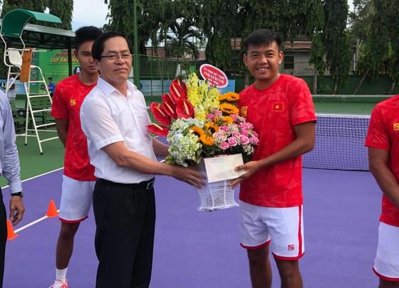 Đồng chí Phạm Viết Thanh đang trao hoa và quà cho đội tuyển.
