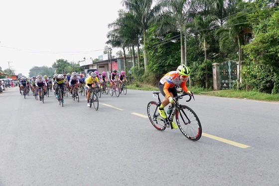 Giải xe đạp nữ Truyền hình An Giang: Kim Hyun Ji mặc cả áo xanh lẫn áo vàng ảnh 1