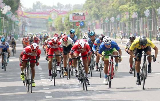 Áo vàng Jordan Parra tiếp tục thắng chặng.