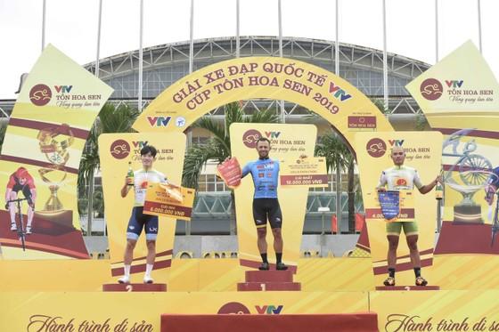 Giải xe đạp quốc tế VTV Cúp: Ép xe phạm luật, tay đua Hàn Quốc mất áo vàng lẫn áo xanh ảnh 2