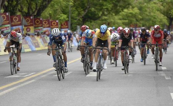 Giải xe đạp quốc tế VTV Cúp: Tay đua Hàn Quốc IM Jaeyeon đòi lại cả áo vàng lẫn áo xanh