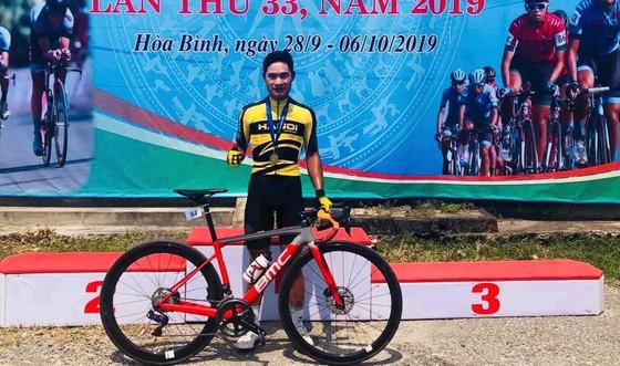 Tay đua Quàng Văn Cường với chiếc HCV thứ 3 cho riêng mình.