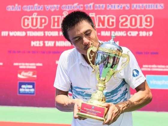Tay vợt Daniel Nguyễn với 2 chiếc cúp với địch tại Tây Ninh.