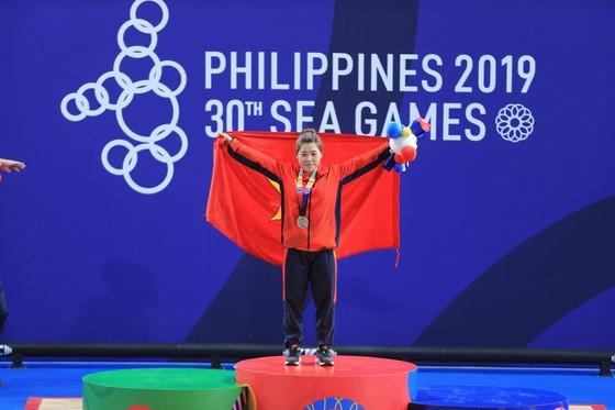 Lực sỉ Hoàng Thị Duyên với chiếc HCV SEA Games. Ảnh: Dũng Phương