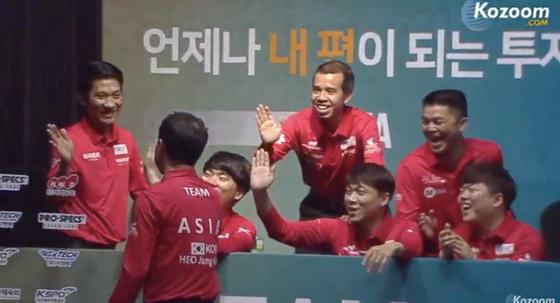 Đội tuyển châu Á đang chia vui chiến thắng ngày đầu tiên.