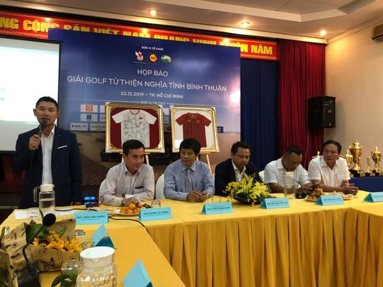 Đấu giá 2 chiếc áo đội tuyển bóng đá nữ Việt Nam tại giải Golf từ thiện Bình Thuận ảnh 1