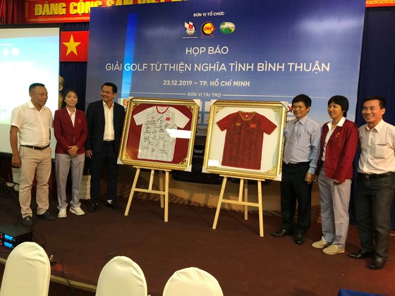 Đội trưởng đội bóng đá nữ Việt Nam Huỳnh Như và HLV phó KIm Chi tham dự họp báo.