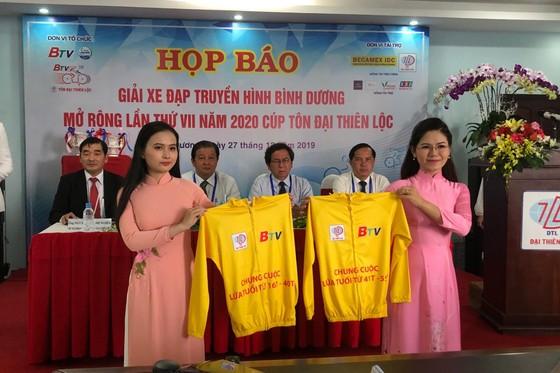 Ban tổ chức giới thiệu chiếc áo vàng chung cuộc.