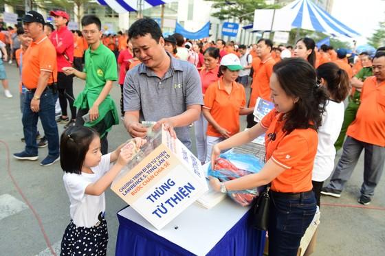 Hơn 15.000 người tham dự chương trình đi bộ từ thiện Lawrence S. Ting giúp đỡ người nghèo ảnh 1