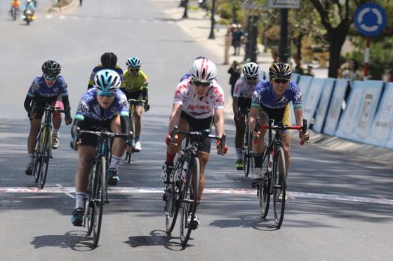 Lần đầu tiên giải xe đạp nữ quốc tế Bình Dương có 2 VĐV cùng về nhất chặng ảnh 1