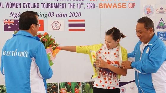 Như Quỳnh cầm chắc chiếc Áo đỏ giải xe đạp nữ quốc tế Bình Dương ảnh 1