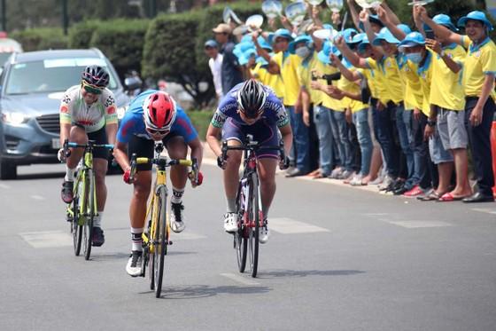 Tay đua Thái Lan Somrat mặc Áo vàng chung cuộc giải xe đạp nữ quốc tế Biwase  ảnh 1