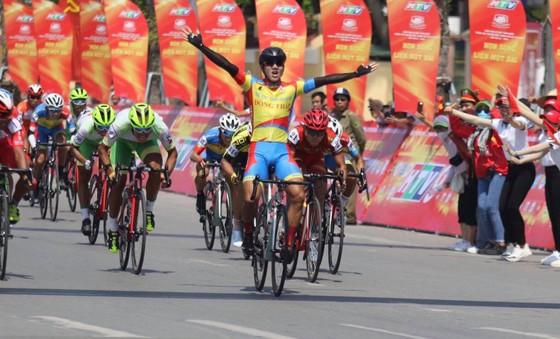 Tay đua Nguyễn Tấn Hoài ăn mừng chiến thắng tại đích đến.