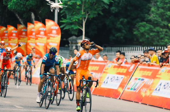 Tay đua Lê Nguyệt Minh ăn mừng chiến thắng.