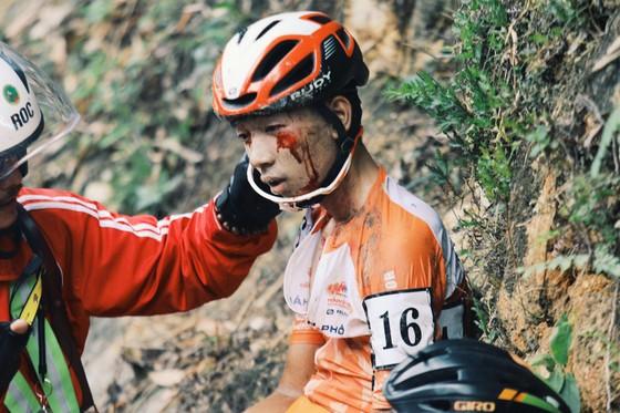 Nhiều tay đua đổ đèo té ngã tại cuộc đua xe đạp Cúp Truyền hình TPHCM ảnh 2