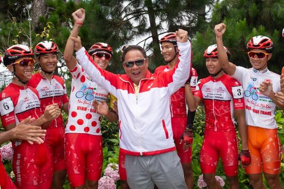 Niềm vui của các tay đua TPHCM khi kết thúc chặng. Ảnh: HOÀNG HÙNG