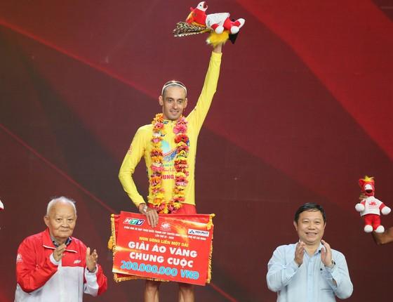 Tay đua Javier lần thứ 2 mặc Áo vàng chung cuộc Cúp Truyền hình. Ảnh: HOÀNG HÙNG