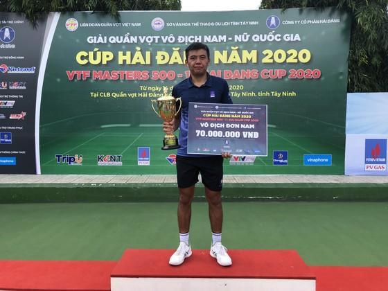 Tay vợt Lý Hoàng Nam với chiếc Cúp vô địch.