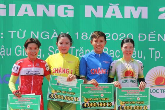 """""""Nữ hoàng"""" Nguyễn Thị Thật chứng tỏ năng lực nước rút tại chặng 1 giải xe đạp nữ An Giang 2020 ảnh 1"""