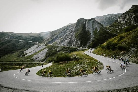 """Tour de France 2020: """"Superman"""" Miguel Lopez thắng chặng 17 khi Áo vàng Roglic nới rộng khoảng cách  ảnh 1"""