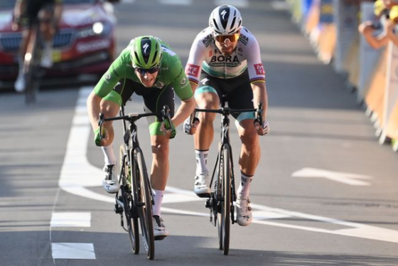 Sam Bennett (trái, Deceuninck-QuickStep) đánh bại Peter Sagan (Bora-Hansgrohe) ở chặng 19