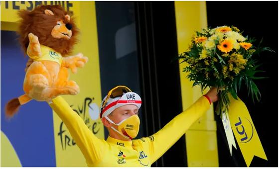 Tay đua Pogacar với chiếc áo vàng danh giá.