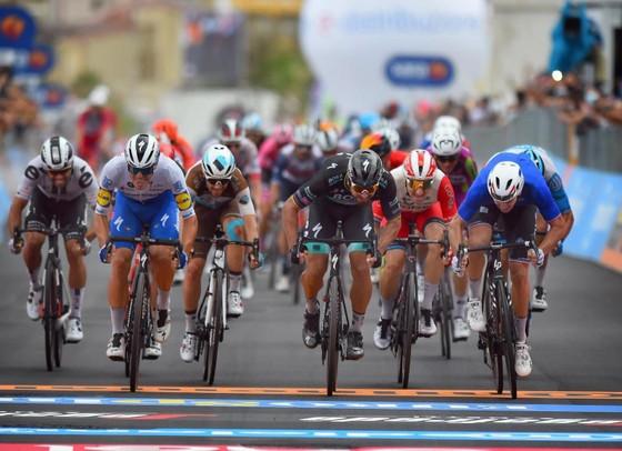 Tay đua xe đạp giải Giro d'Italia bị tai nạn vì… máy bay trực thăng ảnh 3