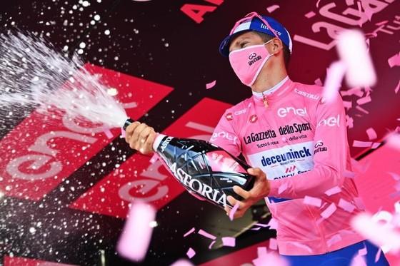 Chấn thương hàng loạt trong 4 tai nạn của chặng đua có tốc độ trung bình kỷ lục giải xe đạp Giro ảnh 4