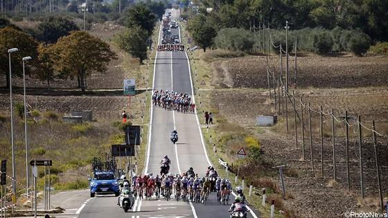 Chấn thương hàng loạt trong 4 tai nạn của chặng đua có tốc độ trung bình kỷ lục giải xe đạp Giro ảnh 1