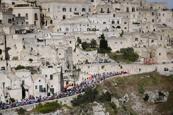 Chấn thương hàng loạt trong 4 tai nạn của chặng đua có tốc độ trung bình kỷ lục giải xe đạp Giro ảnh 2