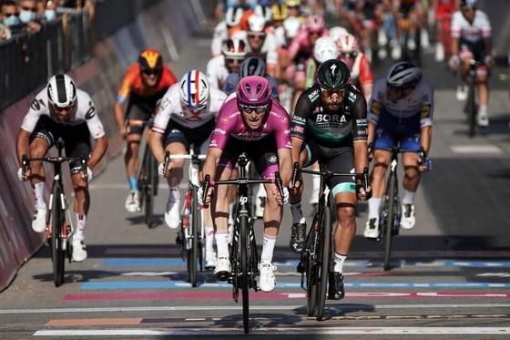 Chấn thương hàng loạt trong 4 tai nạn của chặng đua có tốc độ trung bình kỷ lục giải xe đạp Giro ảnh 3