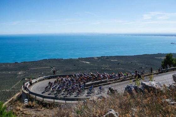Giải xe đạp Giro d'Italia phát hiện ca dương tính Covid-19 đầu tiên ảnh 2