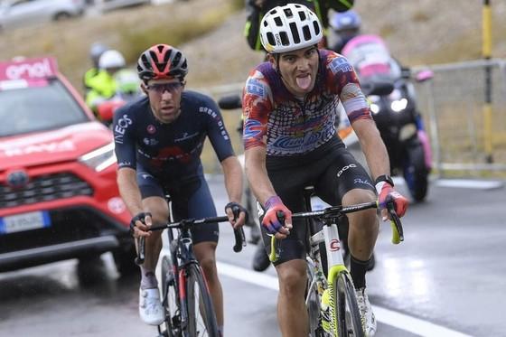 """Giải xe đạp Giro d'Italia: Ruben Guerreiro thắng chặng 9 hất cẳng """"thần gió"""" Filippo Ganna lấy áo xanh dương Vua leo núi ảnh 1"""