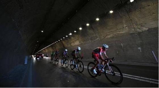"""""""Vua nước rút"""" Arnaud Demare đánh bại Sagan lần thứ 4 thắng chặng giải xe đạp Giro d'Italia ảnh 2"""