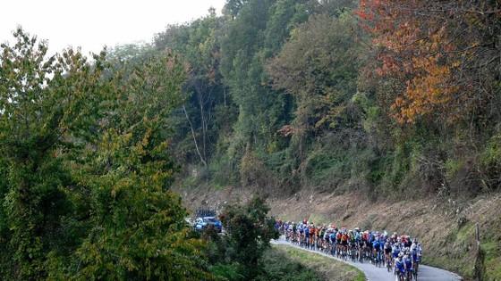 Thêm hai trường hợp dương tính với Covid-19 ở giải xe đạp Giro d'Italia ảnh 1
